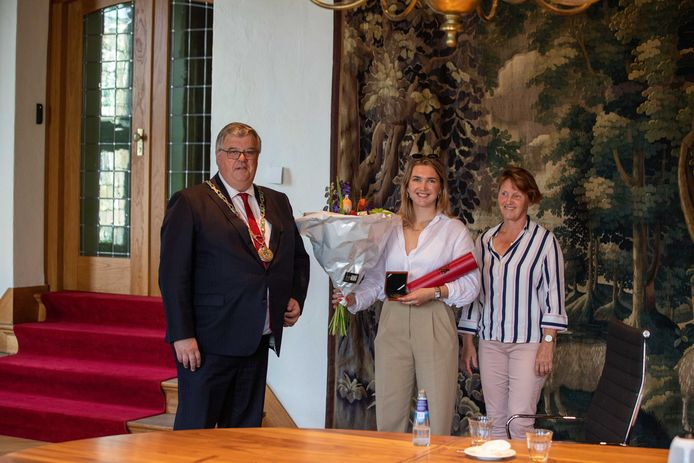 De Nijmeegse burgemeester Hubert Bruls huldigt Merel Smulders