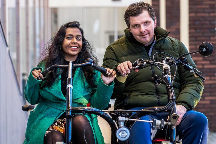 Anjanee en haar man Sander op de oude duofiets voor het woonzorgcentrum De Ingelanden.