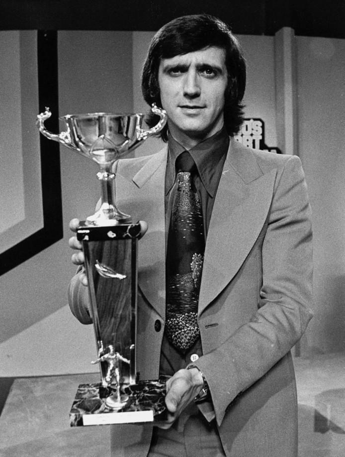 Topscorer Willy van der Kuijlen van PSV won in 1974 bij AVRO's Sportpanorama een bokaal die hoorde bij de mooiste goal van het jaar.