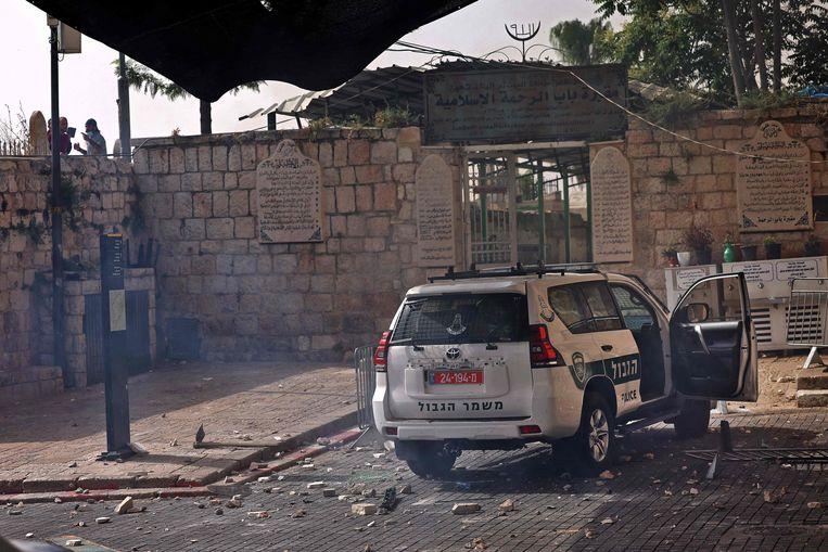 Stenen die door Palestijnse demonstranten zijn gegooid, bedekken de grond tijdens botsingen met Israëlische veiligheidstroepen in de oude stad van Jeruzalem op 10 mei 2021, voorafgaand aan een geplande mars ter herdenking van de Israëlische overname van Jeruzalem in de Zesdaagse Oorlog van 1967.  Beeld AFP