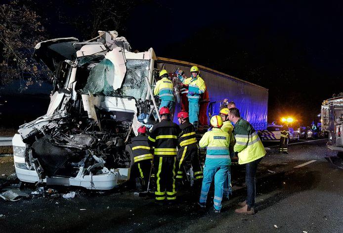 De vrachtwagen is bij het ongeluk op de weg richting Eindhoven flink geraakt.
