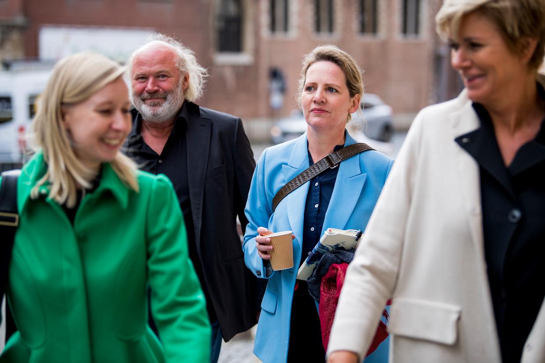 Maaike Cafmeyer, haar partner en advocates An-Sofie Raes en Christine Mussche voor de namiddagzitting van de rechtbank in Mechelen.  Beeld BELGA