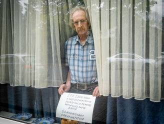 """Julien (67) plaatst bordje 'Eenzame man zoekt eenzame vrouw' aan zijn raam: """"Een goede babbel bij een koffietje, dat mis ik"""""""