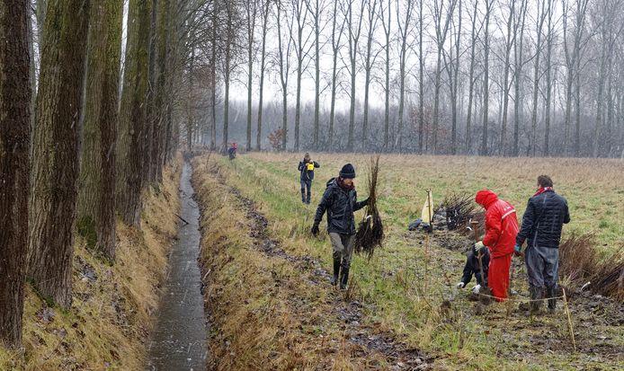 In de stromende regen ging zaterdag de aanleg van een voedselproductiebos aan de Hardekamp in Schijndel van start.