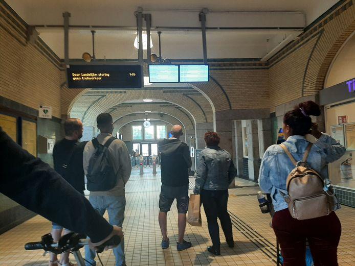 Reizigers op het station in Deventer kijken op de borden of en wanneer hun trein weer vertrekt.