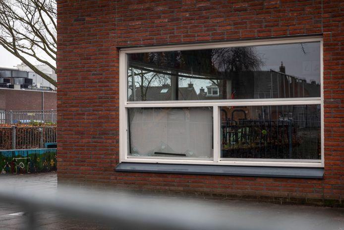 Bij basisschool 't Hout in Helmond was op Nieuwjaarsdag flinke vuurwerkschade te zien. De ramen zijn eruit geknald door vuurwerk.