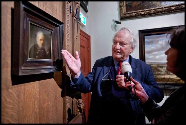 Ernst van de Wetering geeft aan de NOS tekst en uitleg over schilderij waarvan hij vaststelde dat het van Rembrandt was:   Oude man met lange baard. Het oordeel van Van de Wetering, voormalig tekenleraar, was wereldwijd leidend.  Beeld Hollandse Hoogte / Marco Okhuizen