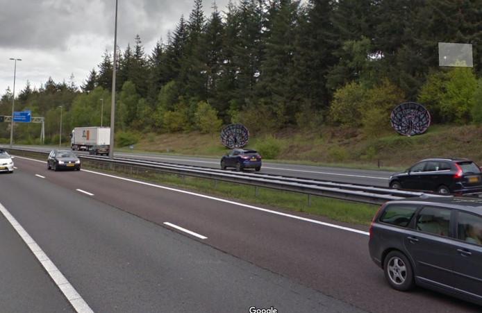 Kunstwerk de Halve Bollen langs de A50 bij afrit Beekbergen/Hoenderloo is weggehaald