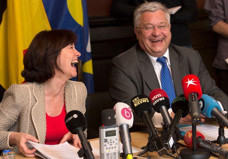 Laurette Onkelinkx (PS) en Guy Vanhengel (Open Vld) bij de persconferentie aan de start van de regeerakkoordonderhandelingen in Brussel. Beeld PHOTO_NEWS