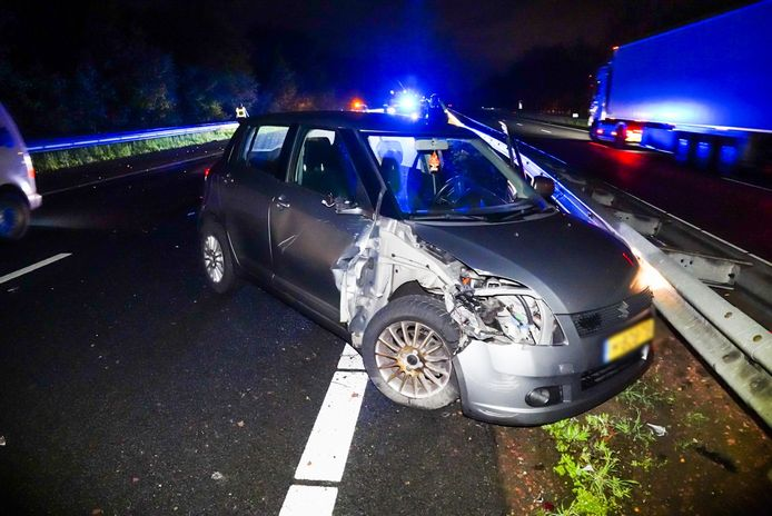 Een bestuurder is in de nacht van maandag op dinsdag met zijn of haar auto tegen een vrachtwagen gebotst op de A67 bij Lierop.