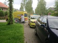 Wielrenner in Apeldoorn geschept door auto en met ambulance naar ziekenhuis