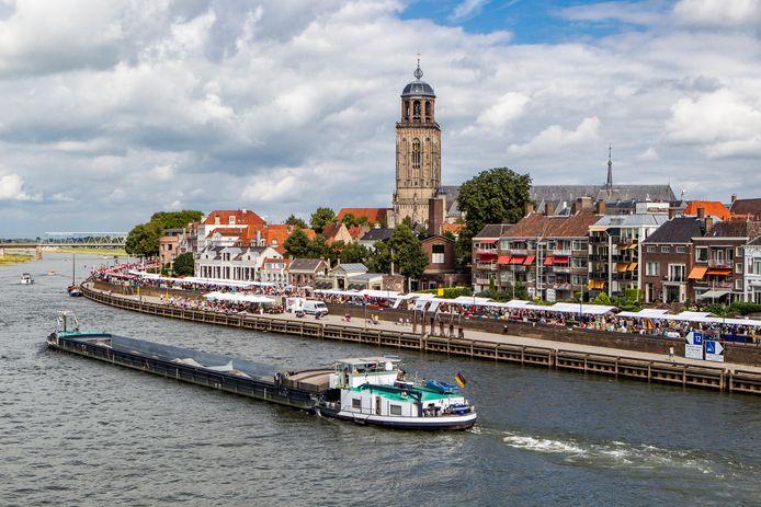 Deventer staat vandaag stil bij de boeken, maar de rivier de IJssel gaat zoals altijd door. Een vrachtschip met zand passeert Deventer.
