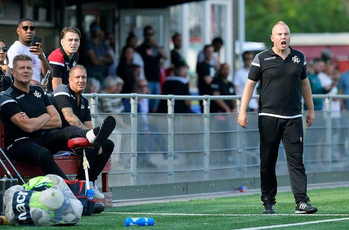 Patrick Stok (zittend tweede van links), die samen met Jeffrey Monster EBOH traint: ,,Tijdens wedstrijden is Jeffrey een stuk fanatieker met coachen.'' En dat blijkt ook wel uit deze foto.