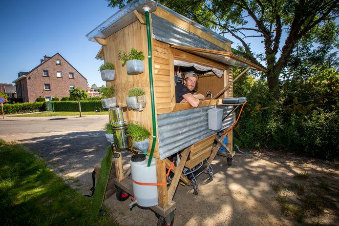 """Twintiger Stef Lemmens trekt door Hasselt met zijn nieuwe, zelfgemaakte 'tiny house'. """"Ik ruil levenslessen met de buurt."""""""