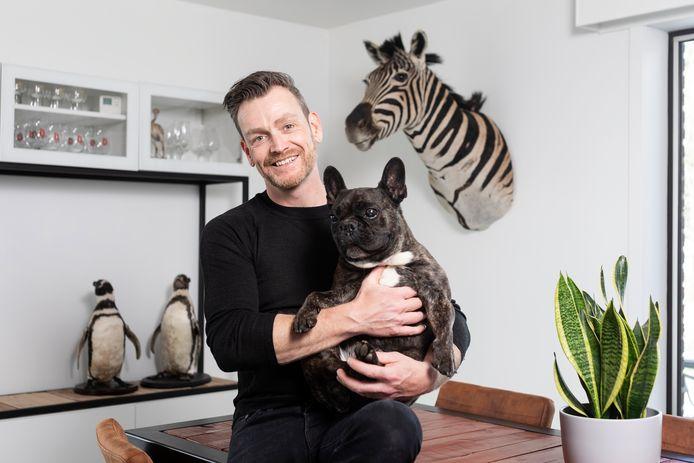 Nick Mathé met zijn hond.