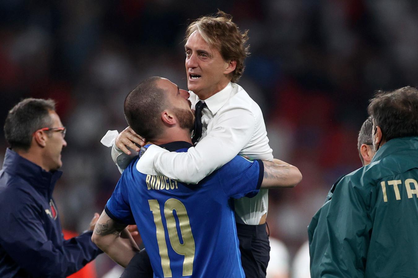 Roberto Mancini omhelst Leonardo Bonucci.