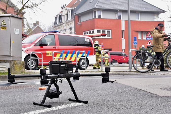 De brandweer zette een drone in om een goed zicht te krijgen op de situatie in de uitgebrande kapel bij de school Spes Nostra in Heule.