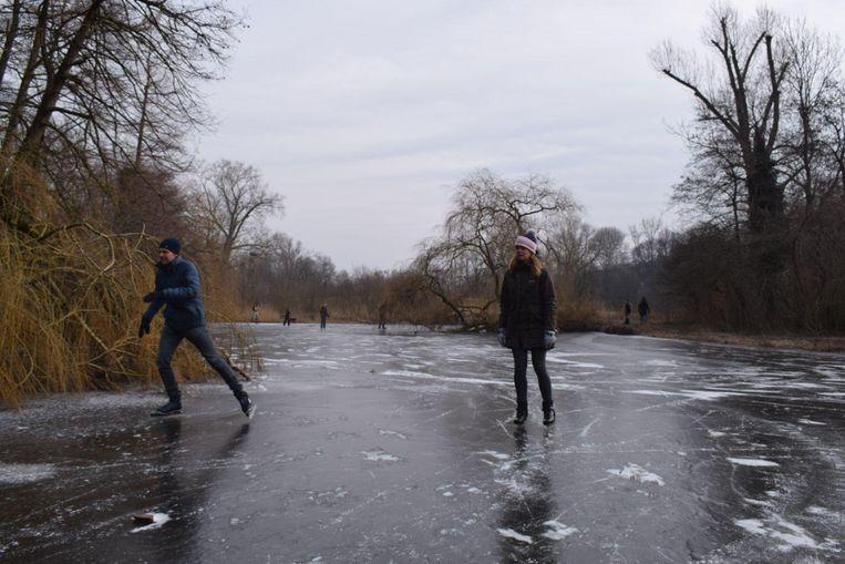 Schaatsers wagen een rondje op de vijver in het Vondelpark Beeld Floris van Raaijen