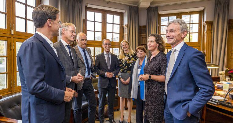 Premier Mark Rutte en minister Arie Slob (Basis- en Voortgezet Onderwijs) na afloop van het gesprek met de onderwijssector Beeld ANP/Lex van Lieshout