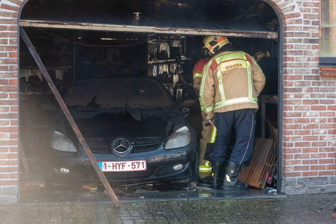 Het vuur ontstond in de garage van de woning.