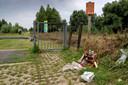 De ingang van de Gamerensche Waarden. Bij het hek is afval achtergelaten.