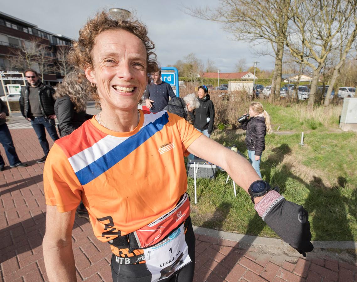 Leonie Ton was de snelste vrouw op de Zomerloop in Nieuwvliet, zij rekende af met Monique Verschuure.