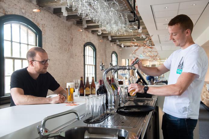 Bas Schampers (l) en Sjors de Jongh zijn beiden biersommelier.