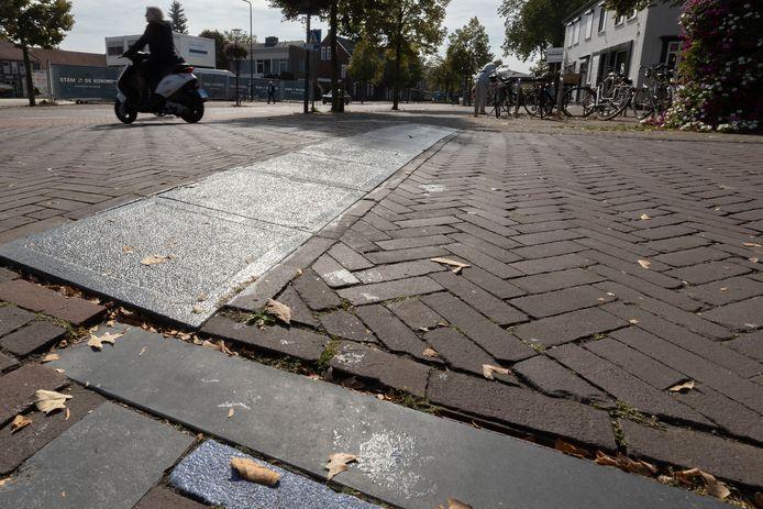 De gladde natuurstenen trottoirbanden in het centrum van Son hebben al voor meerdere slip- en valpartijen gezorgd. Dat wordt vanavond besproken in de politiek.