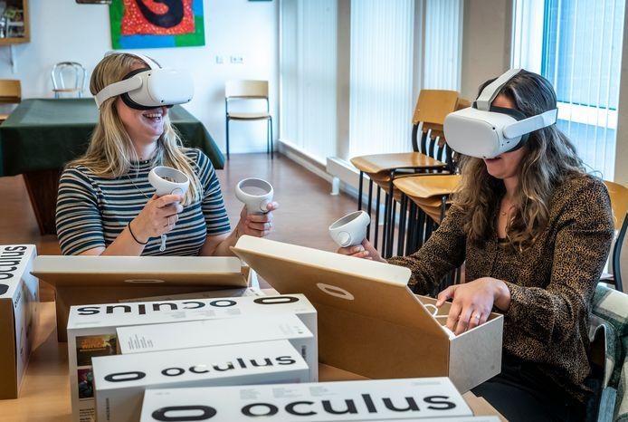 Bente van Pinxteren (links) en Marit Janssen testten eerder deze week de vr-brillen uit die werden uitgedeeld in Oirschot.