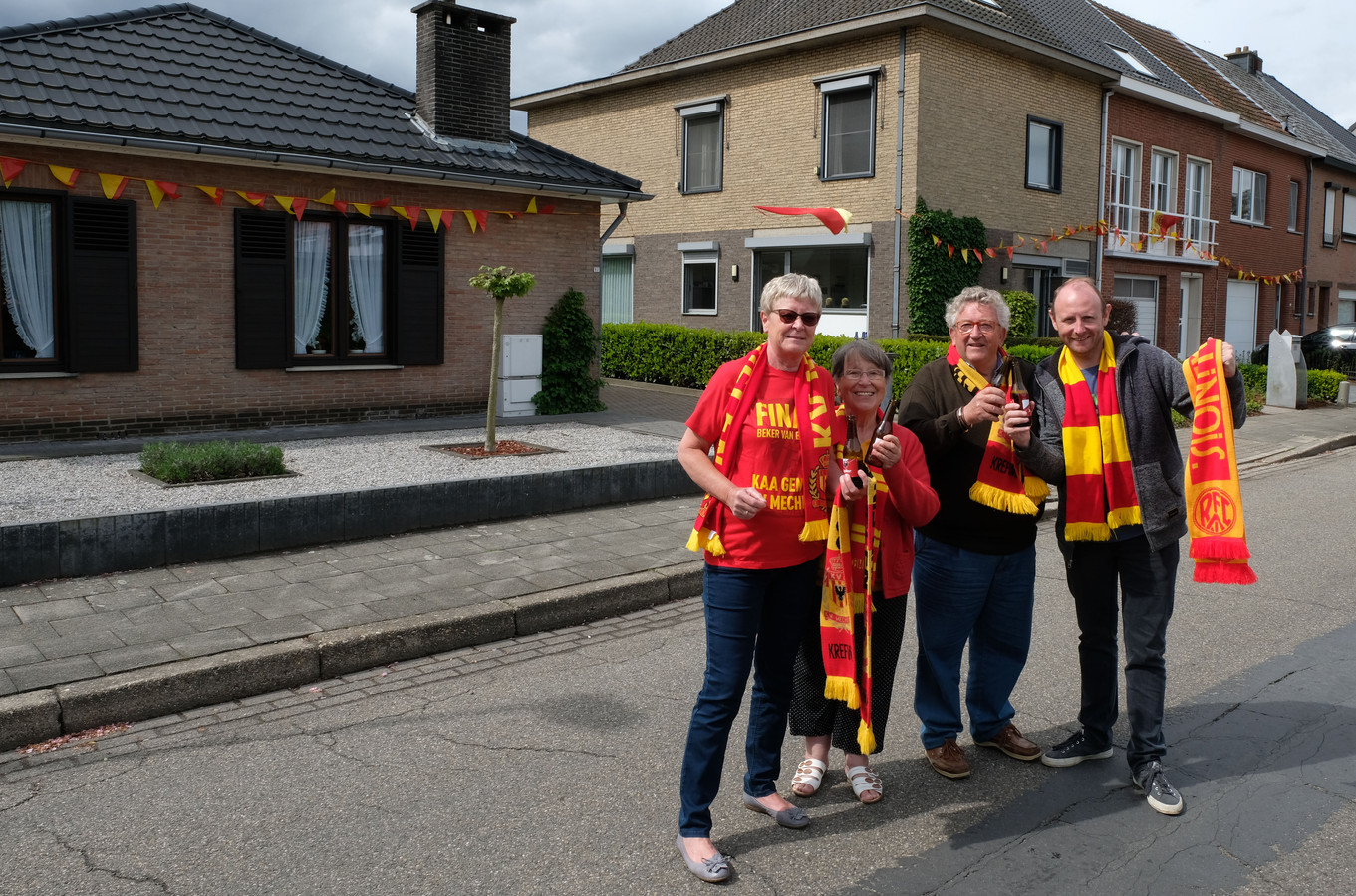 KV-supporters Kris Roels, Kurt Verheyen, Roger Van Paesschen en Nini Van Haacht versierden hun huizen.