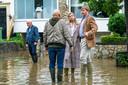 Koning Willem-Alexander en koningin Máxima brachten donderdag een bezoek aan het getroffen Valkenburg.