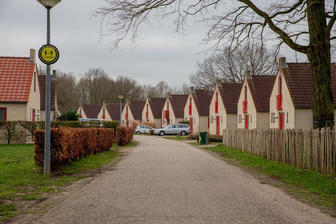 Stilte voor de storm, zo beschrijft parkeigenaar Sander van der Weerden dit straatbeeld.  Nu vinden arbeidsmigranten en permante bewoners hun weg naar de uitgang. Per 1 mei 2021 lopen hier recreanten.