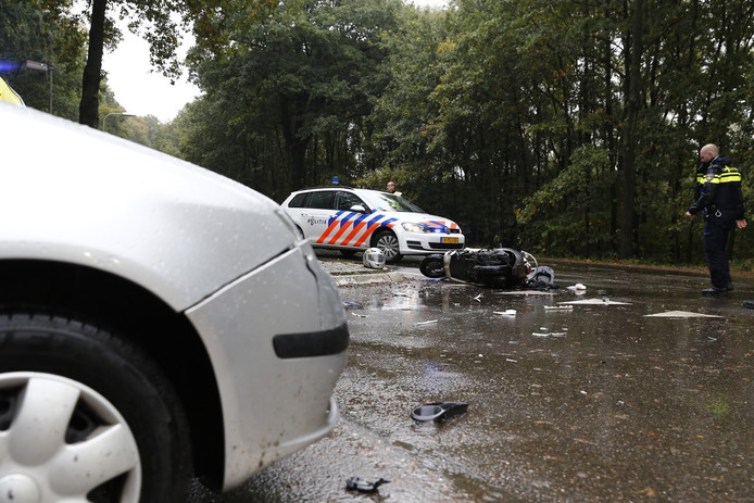 De scooterrijder is met ernstige verwondingen naar het ziekenhuis gebracht.