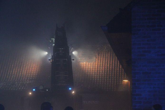 Om de brand goed te kunnen bestrijden, moesten gaten in het dak gemaakt worden.