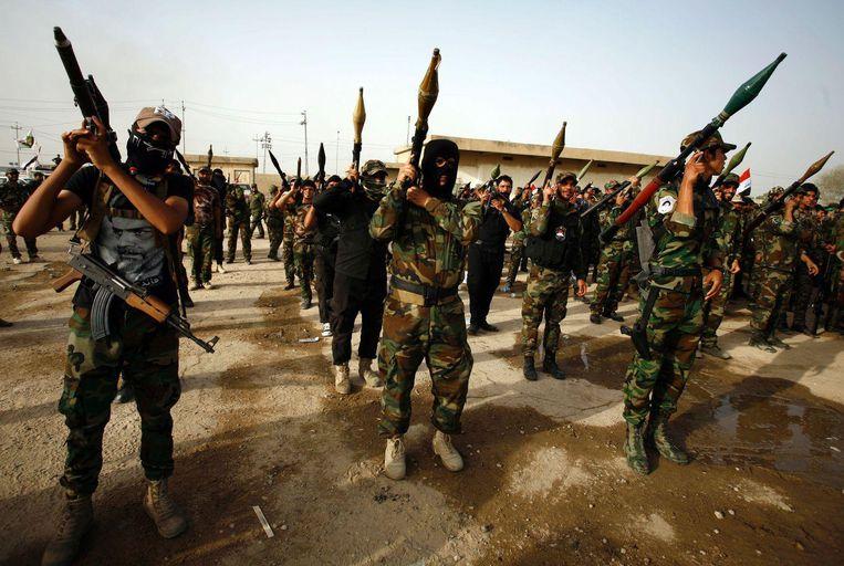 Strijders van de sjiitische militie Saraya al-Salam bereiden zich in Najaf voor op het offensief in Fallujah tegen IS. Beeld afp