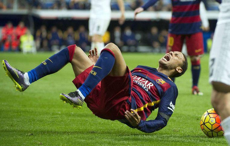 Neymar wordt onderuitgehaald. Beeld afp