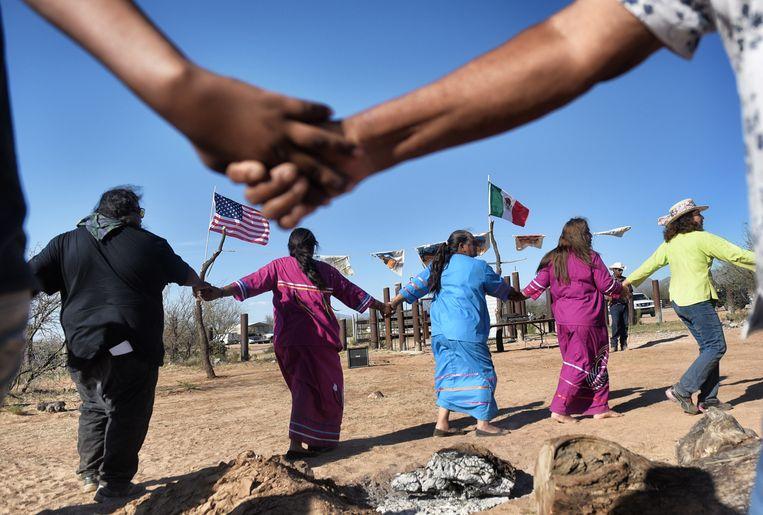 Tohono O'odham-indianen protesteren tegen de muur, die hun families uiteenrukt. Beeld AFP