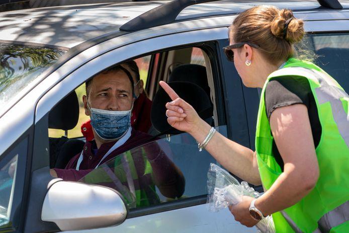 Een werknemer van Vion controleert op het gebruik van mondkapjes bij de slachterij.