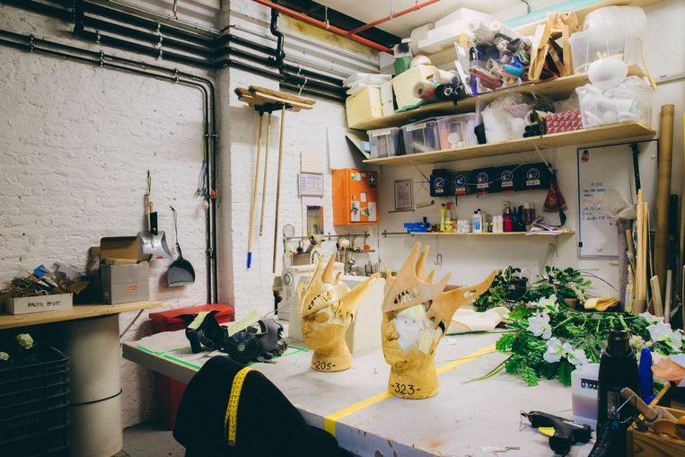 Er zijn meerdere ruimtes waar rekwisieten en kostuums worden gemaakt