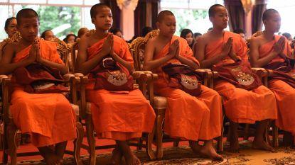 Thaise voetballertjes en coach verlaten boeddhistisch klooster