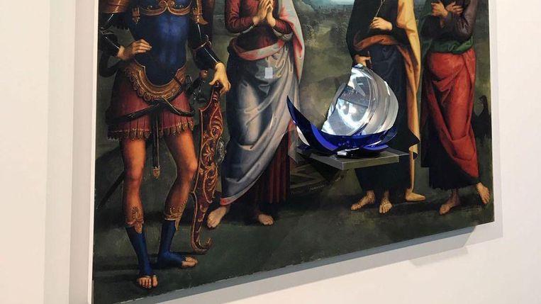 De restanten van Jeff Koons Gazing Ball. De blauwe bal sneuvelde toen een bezoeker hem wilde aanraken. Beeld Jantje Fleischhut