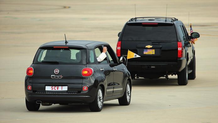 De paus in zijn Fiat 500 achter een gepantserde Amerikaanse auto