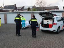 Verdachte stapt na achtervolging en spoor van vernieling zelf in politiewagen, maar raakt gewond bij aanhouding