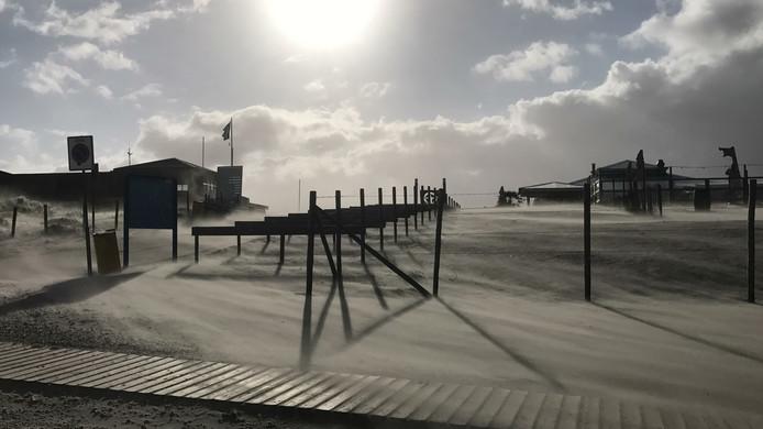 Storm op het strand Vlugtenburg in 's-Gravenzande.