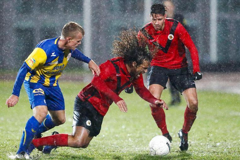Lion Kaak in duel met Kenny Teijsse van AFC. Beeld Pro Shots / Toon Dompeling