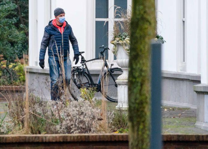 Premier Mark Rutte bij aankomst bij het Catshuis, voorafgaand aan een eerder beraad op die plek.