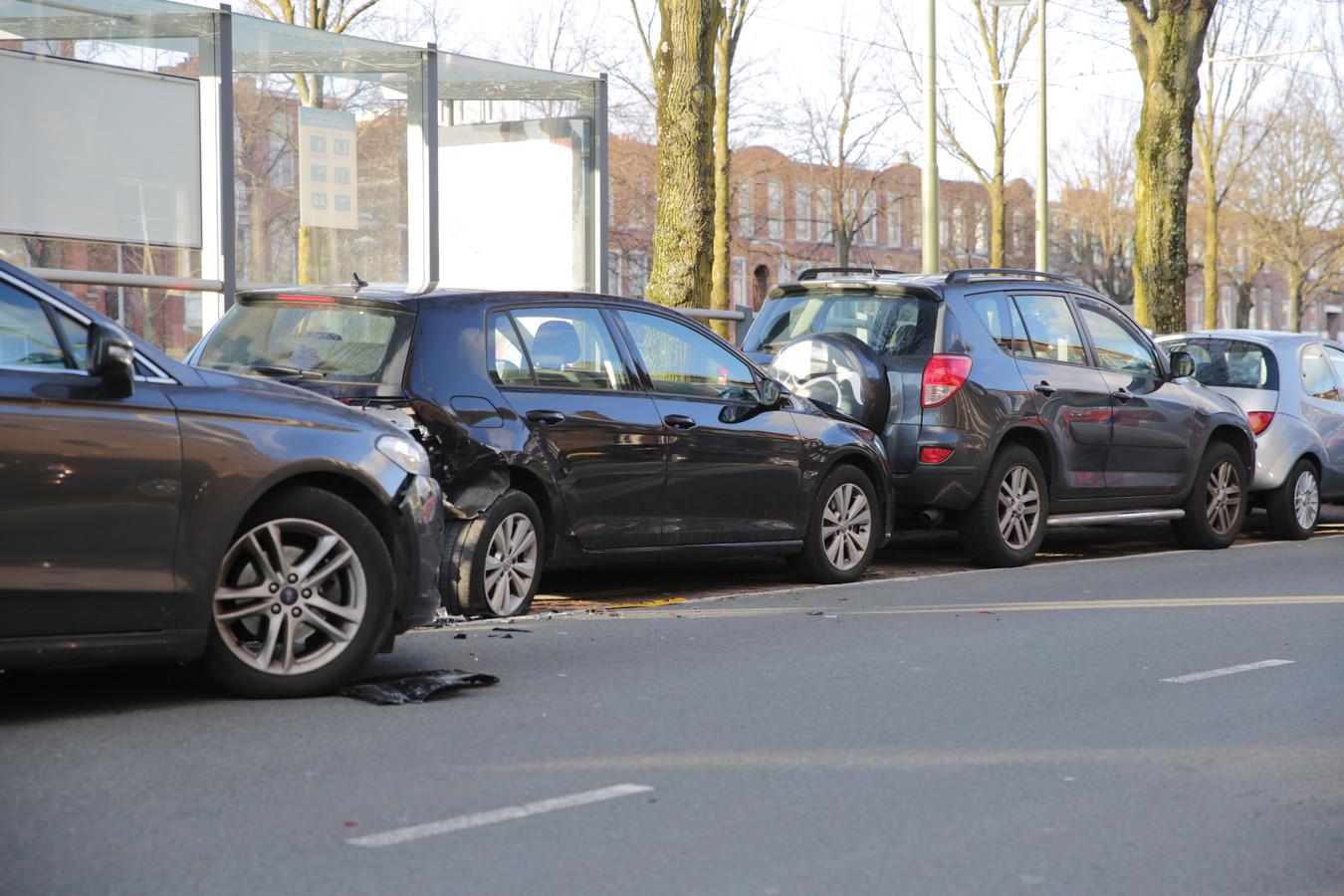 Automobilist ramt meerdere voertuigen op Loosduinsekade.