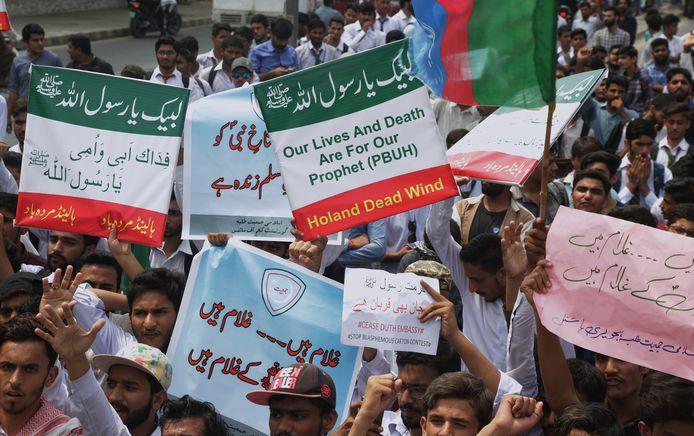 Boze Pakistanen tijdens de protestmars in Lahore