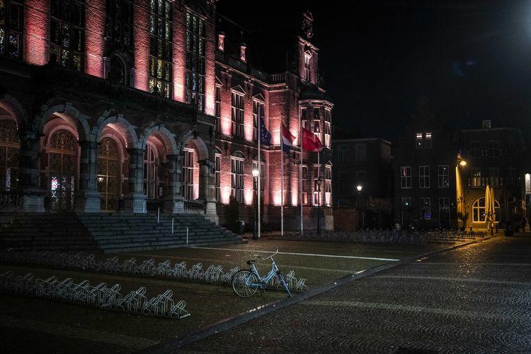 Een verlaten Broerplein in het centrum van Groningen. Dit zou weleens de norm kunnen worden. De invoering van een avondklok ligt voor het kabinet als serieuze optie op tafel. Beeld ANP
