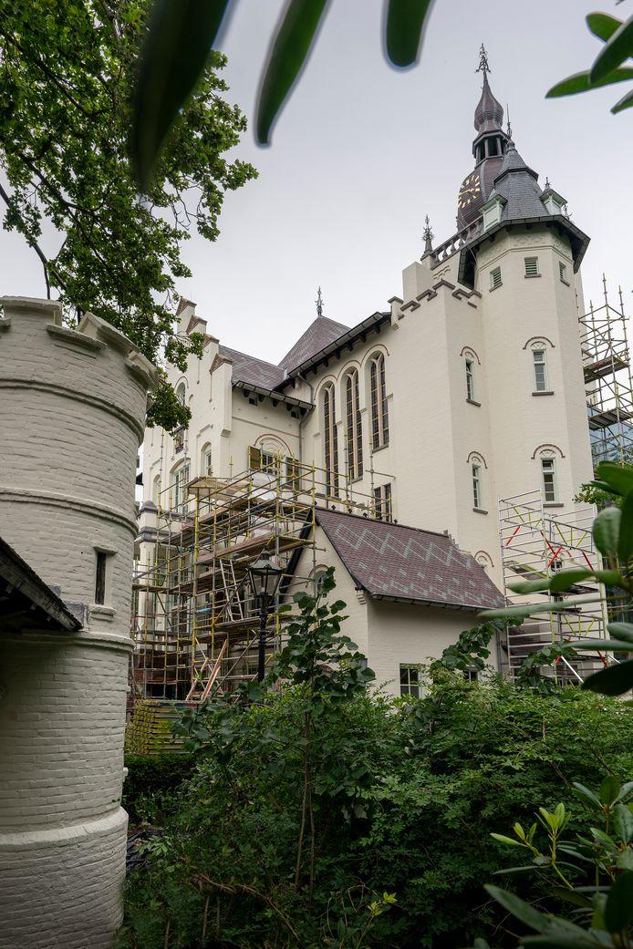 Het raadhuis in Vught heeft weer de originele moesachtige 'Valk'-grijsgroene kleur.